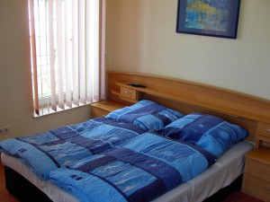 Schlafbereich II der Ferienwohnung mit Blick auf das Bett