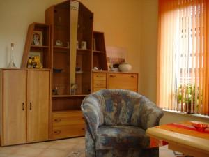 Wohnbereich der Ferienwohnung mit Schrankwand und Sitzecke
