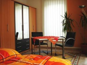 Schlafbereich I der Ferienwohnung mit Kleiderschrank