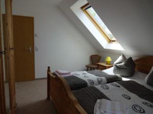 Schlafraum mit Doppelbett und großem Kleiderschrank