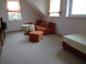 Zimmer mit 3 Schlafgelegenheiten und zusätzlichem TV Gerät