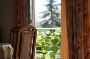 Esstisch im Wohnbereich mit Blick auf den Balkon